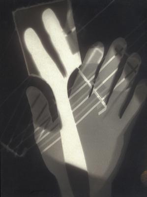 Moholy-Nagy László: fotogram, kezek és ecset (1926)